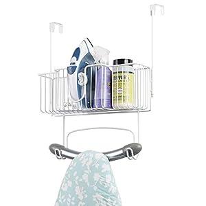 mDesign Bügelbretthalterung ohne Bohren - Bügelbrett Aufbewahrung mit großem Korb zum Verstauen von Bügeleisen und Waschmittel geeignet - praktische Türaufhängung aus Edelstahl - weiß