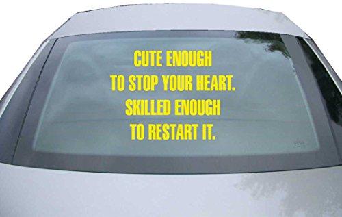 Indigos UG - Aufkleber für Heckscheibe & Motorklappe DE6279 - gelb - 600x428 mm - Cute Enough To Stop Your Heart - für Auto, Scheiben, Fenster, Heckklappe, Tuning, Racing, JDM / Die cut (Cute Boy Koffer)