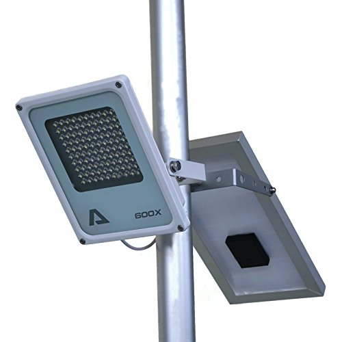 ALPHA 600X Solar-Fahnenmastleuchte, 3-stufige Helligkeitsregelung, Lithiumakku, zur Fahnenmastbeleuchtung / als Zusatzscheinwerfer für Gusseisen-Straßenleuchten mit Biegewinkel von 180 Grad als Uplight oder Downlight / U-Bügel-Halterung passt an Fahnenmasten mit maximalem Durchmesser von 6,35cm (2,5 inch)