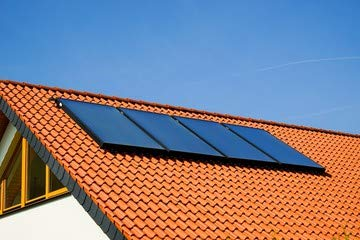 """Alu-Dibond-Bild 140 x 90 cm: \""""Wohnhausdach mit Solarkollektoren\"""", Bild auf Alu-Dibond"""