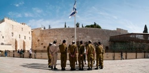 The Poster Corp Panoramic Images – Israeli soldiers being instructed by officer in plaza in front of Western Wall Jerusalem Israel Photo Print (30,48 x 15,24 cm)