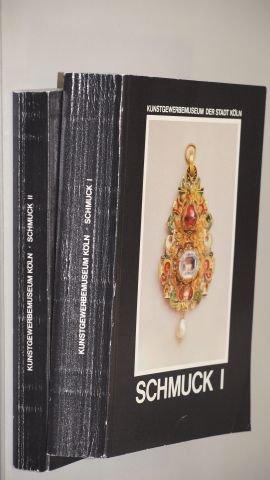 Chadour, Anna Beatriz/ Joppien, Rüdiger [Bearb.]: Schmuck 2 Bände (Bd. 1: Hals-, Ohr-, Arm- und Gewandschmuck. - Bd. 2: Ringe). Kunstgewerbemuseum, 1985. 8°. 596 (1); 373 S. mit 24 u. 4 Farbtaf. u. vielen sw. Abb. kart. (Ecken minim. bestoßen, Rücken mit leichten Leseknicken - sonst ordentlicher Zustand). (Gold Köln 24)