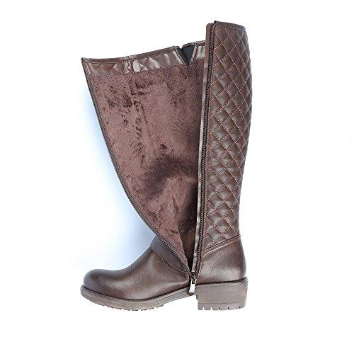 Ideal Shoes–Stivali classici imbottiti decorati di ceinturons Benedicta Marrone