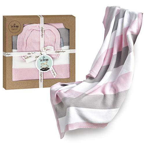 sei Design Baby Decke aus 100% Baumwolle 90 x 70 | kuschelige Strickdecke + Mütze | Ideal als Erstlingsdecke, Kuscheldecke, Puckdecke für Mädchen in hübscher Geschenk-Verpackung - Aus Gestrickte Baumwolle Mütze