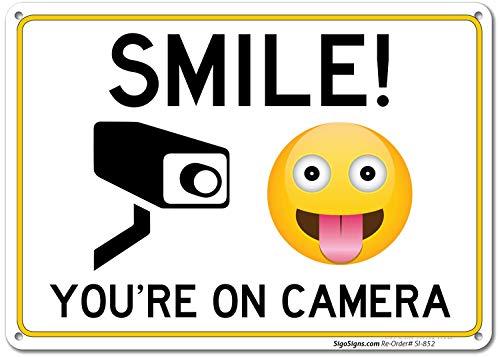 SIGO SIGNS Schild'Smile You're On Kamera' aus Aluminium, für den Innen- und Außenbereich – USA aus rostfreiem Aluminium, UV-bedruckt mit professionellen Grafiken von SIGO SIGNS