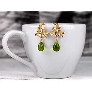 Außergewöhnliche Edelstein Peridot-Ohrringe in grün, grün-gold, matt-vergoldete Blüten-Ohrstecker mit intensiv grünem Peridot-Tropfen, das perfekte Geschenk für Sie