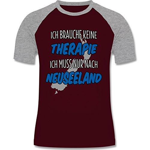 Shirtracer Länder - Ich Brauche Keine Therapie Ich muss Nur Nach Neuseeland - Herren Baseball Shirt Burgundrot/Grau meliert