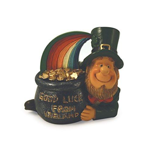Statue eines glücklichen Kobolds mit Regenbogen und einem Topf voller Gold, mit dem Schriftzug Viel Glück aus Irland
