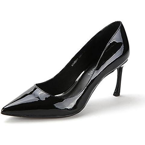 Autunno in pelle chiaro/Il primo strato di pelle scarpe a punta/Bicchiere di vino con i tacchi alti donne