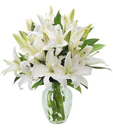 Ramo de 5 tallos de Lilium oriental color blanco, flor de tamaño grande y muy aromática, recomendamos cortar los estambres para que la flor no se manche. Se envían cerrados para garantizar su frescura y que puedas disfrutar de su floración. Entrega e...