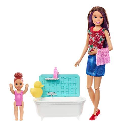 Barbie Famille coffret Heure du Bain poupée Skipper baby-sitter aux cheveux châtains et figurine d'enfant, accessoires inclus, jouet pour enfant, FXH05