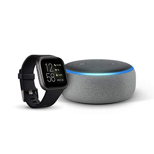 Fitbit Versa 2 - Gesundheits- und Fitness-Smartwatch, Schwarz/Carbon + Echo Dot (3. Gen.) Intelligenter Lautsprecher mit Alexa, Hellgrau Stoff