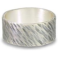 Ring aus Silber, schräg verlaufender Hammerschlag, geschmiedet, geschwärzt