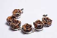 Le Bracelet 'Memento Rose' se compose de 6 Roses créé exclusivement à la main à travers la mise en valeur et recyclage des canettes de boissons gazeuses notes. La fermeture pourvu d'un aimant permet une connexion rapide et pratique à la manchette et ...