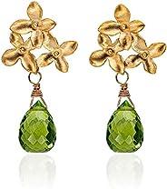 Blüten-Ohrringe grün-gold, Blumen-Ohrstecker matt-vergoldet, grüner Peridot-Tropfen, außergewöhnlicher Edelste