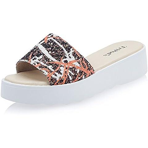 Pantofole moda piattaforma alla fine della donna/ che indossa sandali
