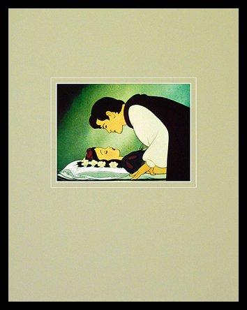 Germanposters Walt Disney (Snow White and The Seven Dwarfs) Love's First Kiss Poster Bild Kunstdruck im Alu Rahmen in schwarz 40x50cm (Snow White Bilderrahmen)