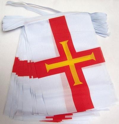 AZ FLAG Guirnalda 12 Metros 20 Banderas de Guernsey 45x30cm - Bandera DE Guernsey 30 x 45 cm - BANDERINES