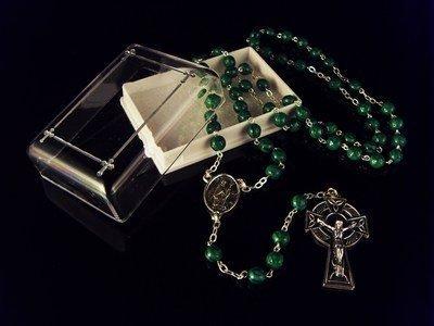Irische grün Rosenkranz mit Shamrock-Impressum und Keltenkreuz und Geschenk-box