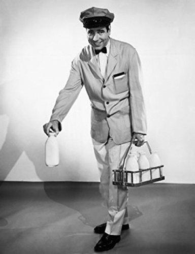 Milkman carrying a basket of milk bottles Artistica di Stampa (60,96 x 91,44 cm)
