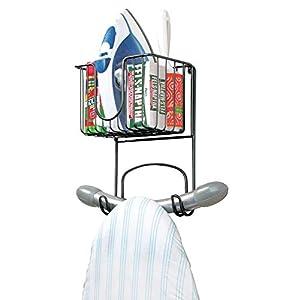 mDesign kleine Bügelbretthalterung zur Wandmontage - Bügelbrett Aufbewahrung mit Ablage für Bügeleisen & Co. - kompakte Wandaufhängung für die Waschküche aus Metall - schwarz