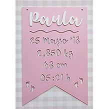 Placa decorativa infantil de madera en forma de banderín personalizada con el nombre y datos de