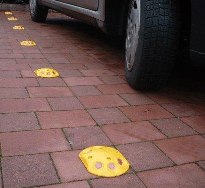 Weißer Parkplatz Markierungs Knopf / Markierungsnagel mit Reflektoren - Überfahrbar - Schraubbar - 2