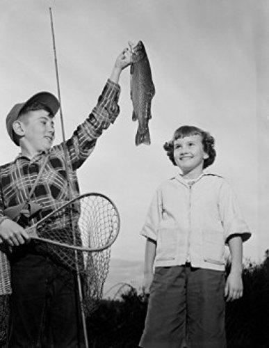 Boys holding Rainbow Trout Poster Drucken (45,72 x 60,96 cm) -