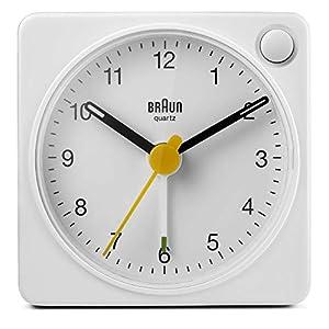 Braun Klassischer analoger Reisewecker mit Schlummerfunktion und Licht, kompakte Größe,  ruhiges Quarzuhrwerk, Crescendo-Alarm, weißes Modell BC02XW