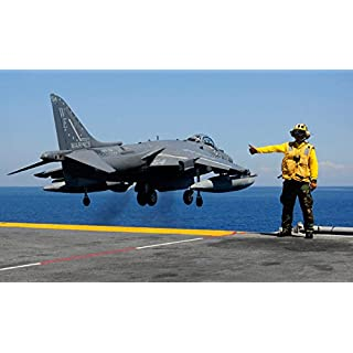 Stocktrek Images – Airman Gives The Thumbs-up Signal as an AV-8B Harrier Takes Off from The Flight Deck of USS Essex Kunstdruck (86,36 x 55,88 cm)