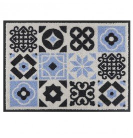 tapis-de-patio-carreaux-de-ciment-derriere-la-porte