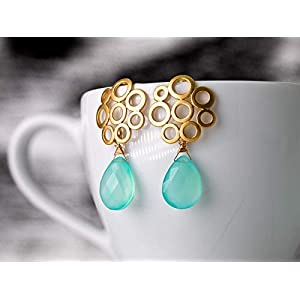 Ohrringe in Gold mit Aqua-Chalcedon, moderne matt-vergoldete Bubble-Ohrstecker mit zart blau-grünen Edelstein-Tropfen, das perfekte Geschenk