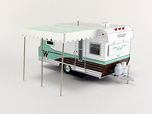 Greenlight Collectibles – Miniatura de Coche Winnebago Travel Trailer Caravana 1964 (Escala 1/24, 18430b, Blanco/Verde