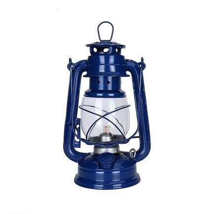 Avec des feux de chevaux à pétrole, une lampe à pétrole, une vieille lampe à huile, un antiquité rétro village nostalgique film applique lanterne
