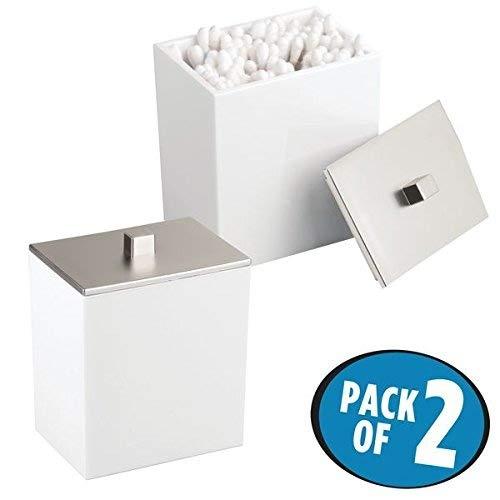 mDesign 2er-Set Wattepad-Spender und Wattestäbchen-Behälter – modernes Aufbewahrungsglas mit praktischem Deckel – Bad-Accessoire aus Kunststoff für Kosmetik- und Pflegeprodukte – weiß/silber