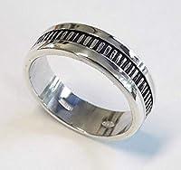 Anello di fidanzamento, uomo e donna, in argento con annerito il centro d'argento, e il testo personalizzato. Un anello robusto con un chiaroscuro raffinato, ideale per l'utilizzo con qualsiasi combinazione di vestiti e in ogni momento. Ideal...
