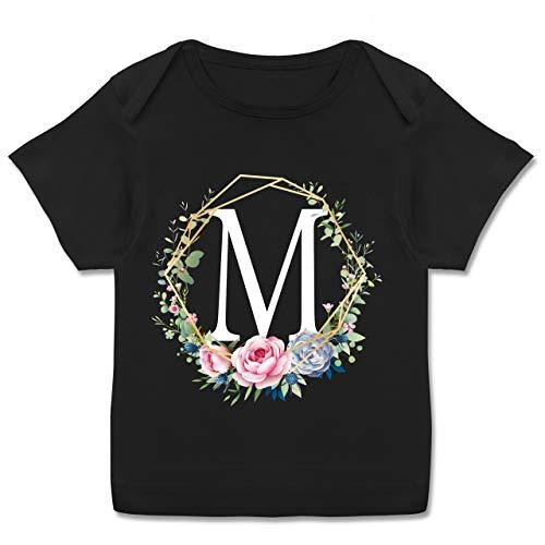 Anfangsbuchstaben Baby - Blumenkranz mit Buchstabe M - 80-86 (18 Monate) - Schwarz - E110B - Kurzarm Baby-Shirt für Jungen und Mädchen