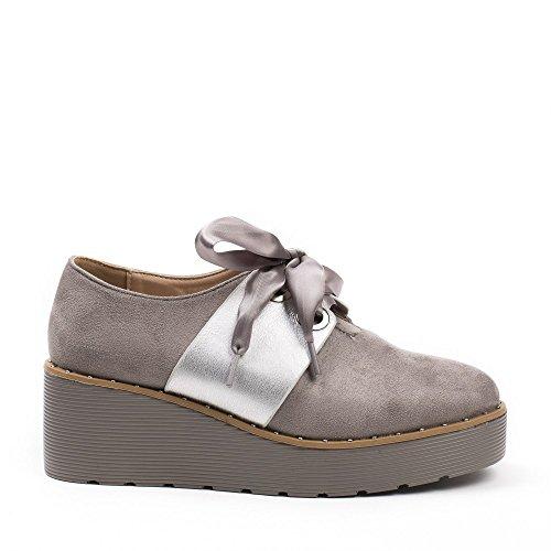 Ideal Shoes Derbies à Plateforme Effet Daim et Lacets Satinés Karine Gris