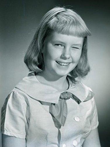 Studio portrait of girl winking Poster Drucken (60,96 x 91,44 cm) (Girl Winking)