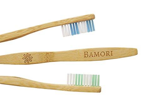 2xBAMORI® Doppelpack Natur Hand-Zahnbürsten für Erwachsene aus nachhaltigem Bambus ♻ nachhaltige Zero Waste Holzzahnbürste / Bambuszahnbürste in einer biologisch abbaubaren Verpackung. Ökologische Zahnbürste Natur Borsten sind vegan und mittel-weich. Die Zahnbürste für eine professionelle Zahnreinigung dient auch als Natur Deko in ihrem Badezimmer. Die Bamori Zahnbürsten gehören zu den besten Bio-Zahnbürsten auf dem Markt und kommen im Praktischen Spar Set. mittel weichen Borsten für Erwachsene