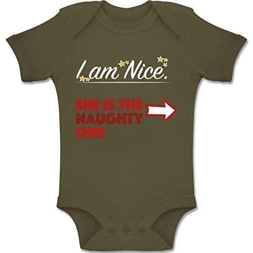 Weihnachten Baby - I am Nice. She is The Naughty one. - 3-6 Monate - Olivgrün - BZ10 - Baby Body Kurzarm Jungen Mädchen