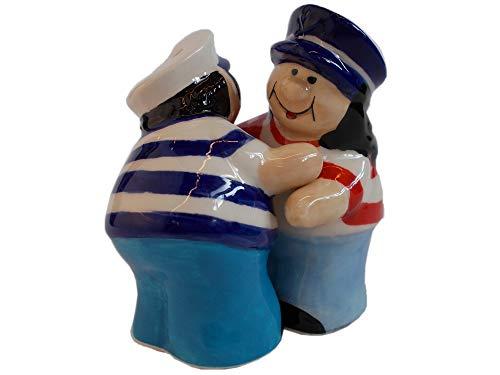 Unbekannt 2er Set Maritime Salz und Pfeffer Streuer aus Keramik | Mann und Frau mit Matrosenmütze und Fischerhemd, Sich umarmend | Höhe 8 cm (Salz-und Pfefferstreuer Strand)
