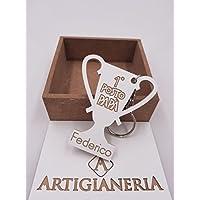 ArtigianeriA - Portachiavi in legno a forma di Trofeo, personalizzabile con il proprio nome, dedicato a tutti i PAPA' vincenti. Realizzato a mano in Italia. Idea regalo per la Festa del Papà o per ogni altra occasione.