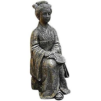 Geisha sitzend, Figur aus Steinguss, Frostfest