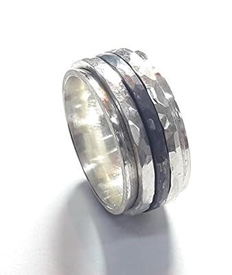 Bague avec texte personalisee en argent 925, avec 3 anneaux spinner d'argent. les 3 anneaux sont martelé, noire au centre.