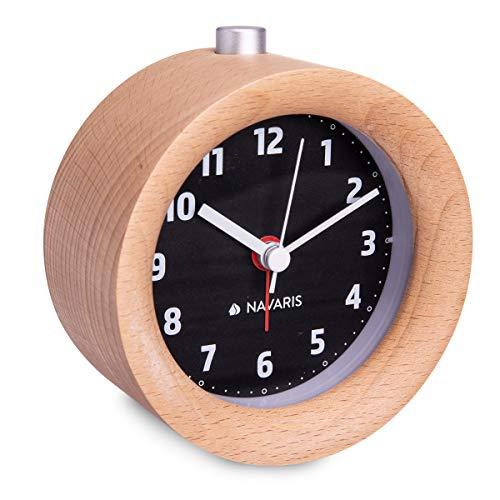 Navaris Analog Holz Wecker mit Snooze - Retro Uhr Rund mit Ziffernblatt in Schwarz Alarm Licht - Leise Tischuhr ohne Ticken - Naturholz in Hellbraun