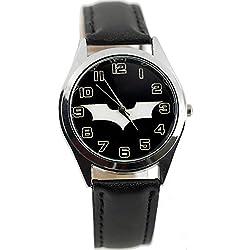 Reloj de pulsera con mecanismo de cuarzo, correa de piel de color negro y esfera con el símbolo de Batman Begins (incluye pila de repuesto y bolsa para regalo), de TAPORT