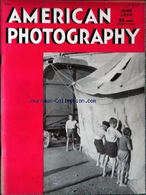 AMERICAN PHOTOGRAPHY du 01/06/1949 - DES ENFANTS REGARDANT A TRAVERS LE CHAPITEAU DU CIRQUE HOMME AVEC CLUBS DE GOLF ET UNE FEMME HOMME AVEC CLUBS DE GOLF