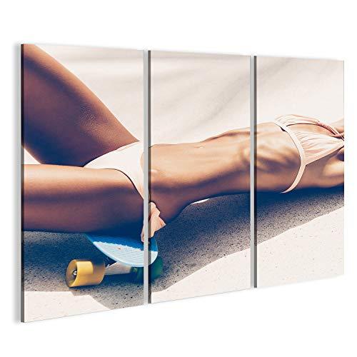 bilderfelix® Bild auf Leinwand Sexy lächelnde gebräunte Blondine in der Sonnenbrille und in Bikini, die auf blauem Penny Board Longboard im Rochen liegen, parken Wandbild, Poster, Leinwandbild HAN