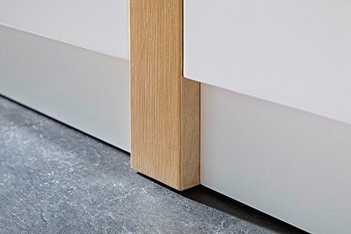 Sideboard in matt-weiß mit vertikalen Absetzungen in Eiche-NB, 2 Schubkästen, 3 Türen und 4 Einlegeböden, Maße: B/H/T ca. 145/87/40 cm - 4